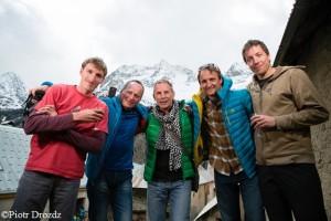 Erfolgreiches Team vom Cerro Kishtwar: Hayden Kennedy, Marko Prezelj, Manu Pellissier, Urban Novak (v.l. mit Wojciech Kurtyka 3.v.l.)