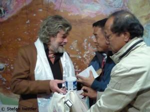 Ang Tshering (2.v.r.) mit Reinhold Messner (l.)