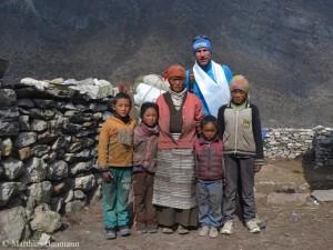 Matthias mit einer der betroffenen Sherpa-Familien