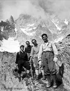 Walter Bonatti mit drei anderen Bergsteigern 1955 auf der italienischen Seite des Mont Blanc