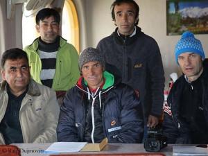 Ralf (3.v.l.) und Darek (r.) beim Briefing in Chilas