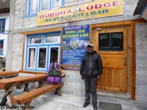 Dorje Sherpa vor seiner Lodge in Phakding