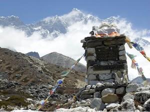 Gedenktafel zu Füßen der Lhotse-Südwand