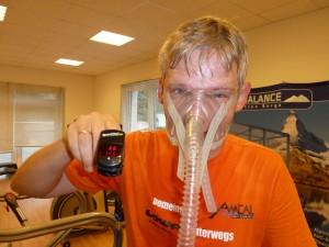 Stefan zeigt Puls-Oxymeter nach Hypoxie-Training