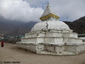 Vom Erdbeben gezeichnet: Stupa in Khumjung