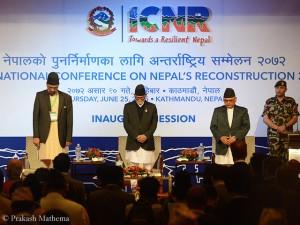 Ministerpräsident Koirala (2.v.l.) bei einer Gedenkminute für die Erdbebenopfer
