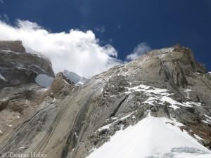 Links oben der Serac, von dem die Eislawinen abgingen