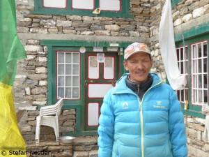 Phurba Tashi vor seiner Lodge in Khumjung
