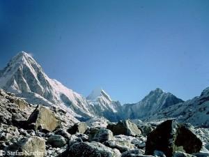 Pumori (l.), das Everest-Basislager liegt im Talkessel rechts davon