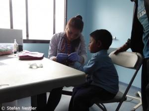 Sabina Parachuli versorgt einen jungen Patienten