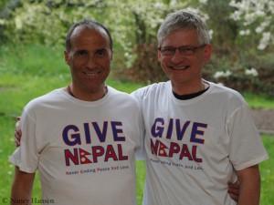 """Ralf (l.) und ich in  """"Give Nepal""""-T-Shirts"""