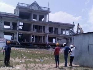 Die  Schule von Thulosirubari wird abgerissen