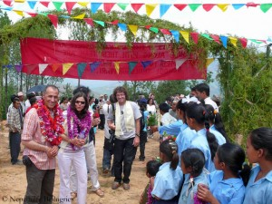 Gerlinde und Ralf bei der Eröffnung der Schule 2009 (r. von ihnen der österreichische Bergsteiger Theo Fritsche, der dabei half, drei Schulen der Nepalhilfe Beilngries zu bauen)