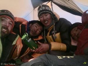 Alex Txikon mit den Sherpas Nurbu, Nuri, und Chepal