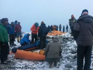 Rettungsaktion im Basislager nach der Lawine vom Pumori