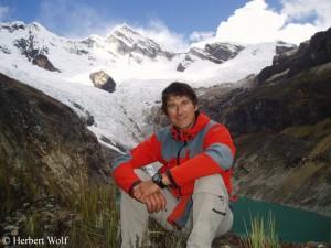 Porträt Herbert Wolf vor Berg in Peru