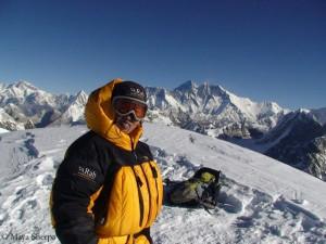 Maya Sherpa (im Hintergrund der Mount Everest)