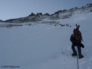 Viel Verkehr in der Lhotse-Flanke
