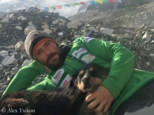 Alex Txikon (mit zugelaufenem Hund) im Basislager