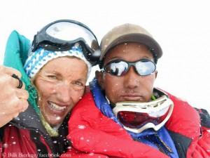 Billi Bierling (l.) and Thundu Sherpa (r.) on top of Cho Oyu