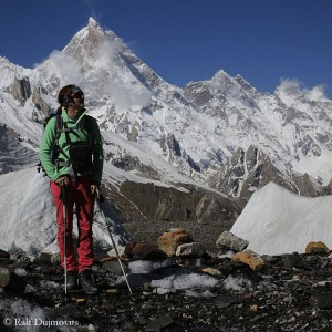 Nancy Hansen, in the background the 7000er Masherbrum