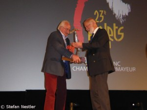 Doug Scott (l.) hands over the Piolet d'Or to his old climbing mate Chris Bonington