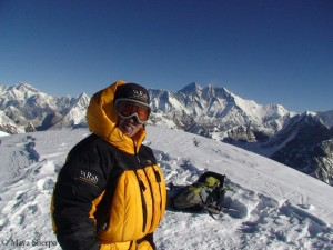 Maya Sherpa (in the background Mount Everest)