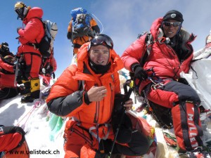 Ueli Steck and Tenji Sherpa (r.) on the summit of Everest in 2012