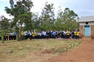 Schüler in Kenia stehen vor der Schule, Foto: Emmy Chirchir.