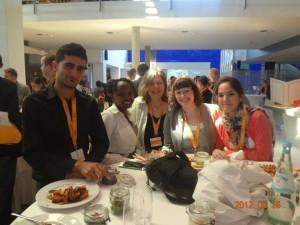 Vier der fünf Blogger mit Gaby Reucher von der Deutschen Welle