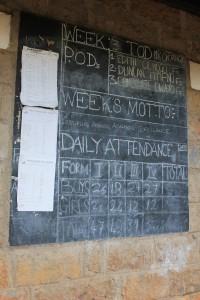 Schultafel mit Tagesaufgaben in Kenia (Foto: Emmy Chirchir).