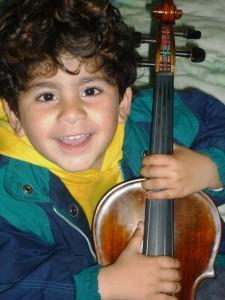 Kleiner Junge mit Geige, Foto: Hellgurd S. Ahmed
