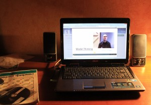 Laptop mit einem Online-Kurs (Foto: Pavel Mylnikov).