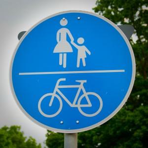 Verkehrsschild für Fußgänger, Mutter mit Kind (Foto: Kathrin Biegner).