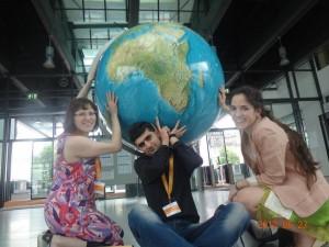 Drei der fünf Blogger im Foyer der Deutschen Welle