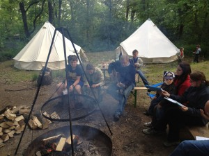 Scouts around the campfire (photo: Kathrin Biegert).