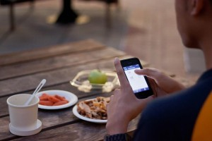 Anyone who has more than 10 pounds of leftover food can snap a picture of it and post it to the website or the app. Feeding Forward then takes care of the rest. (Foto: Feeding Forward)