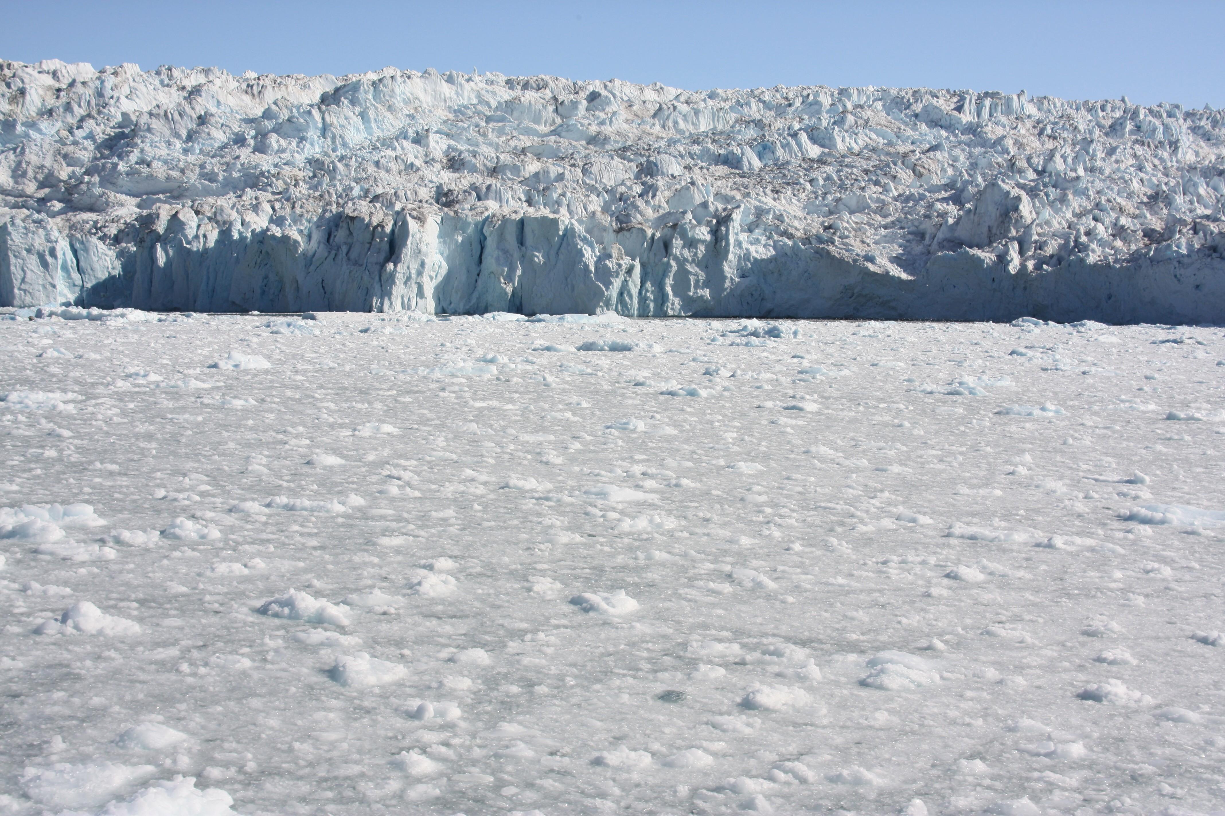 Eis vom Grönlandeisschild fließt am Equi-Gletscher ins Meer