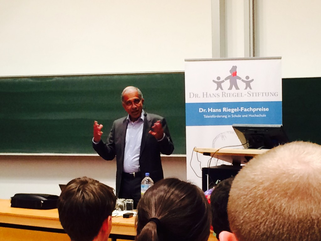 Mojib Latif talks to young scientists in Bonn. (Pic. I Quaile)