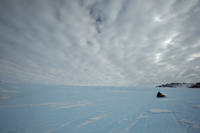 Surveying the Gunnestadt glacier to install a seismometer