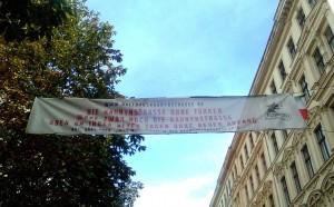 Ein Transparent über der Berliner Naunynstraße (Foto: Şirin Manolya Sak)