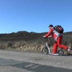 Michael Wigge fährt mit seinem Tretroller über die Nordseeinsel Sylt