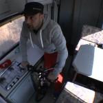 Michael Wigge tretrollert im Wohnmobil während der Überfahrt im Autozug von Sylt zum Festland