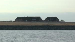 zwei norddeutsche Bauernhäuser auf einer Marschinsel im Wattenmeer der Nordsee