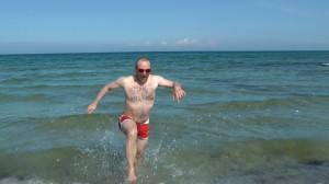 Michael Wigge rennt aus der Ostsee Richtung Strand