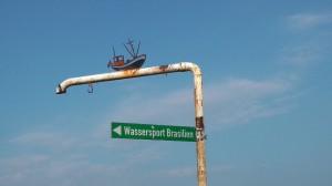 """eine rostige Schilderstange mit einem Hinweisschild """"Wassersport Brasilien"""""""