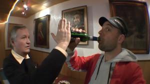 Dr. Bernd Stoever demonstriert die Funktionsweise des Bierflaschenprotektors an Michael Wigge