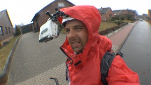 Michael Wigge im roten Regenponcho