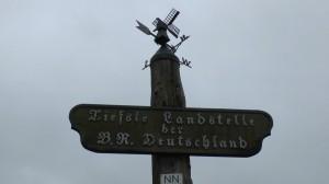 """Ein Schild mit dem Hinweis """"Tiefste Landstelle der B.R. Deutschland"""""""