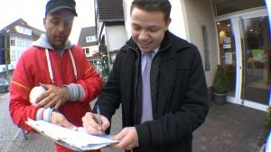 Ein Mann unterschreibt eine Petition von Michael Wigge